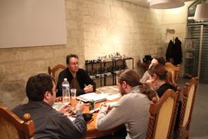 Les joueurs concentrés sur leur parti lors de la table du soir.